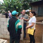 Durante su estadía en el país, verificaron la construcción de 14 casa en el cantón San Juan de Dios, en Juayúa. foto edh