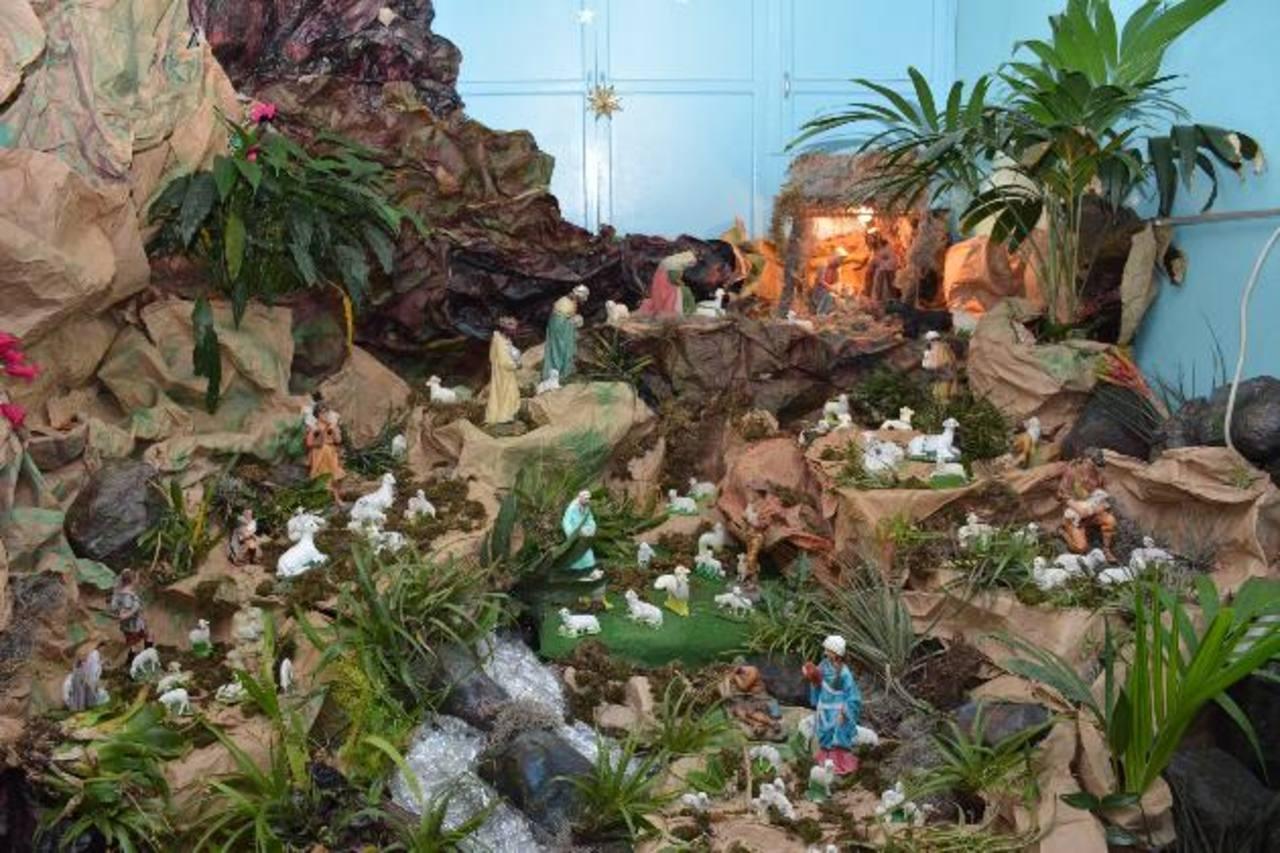 Este decorativo Nacimiento que ha colocado doña Berta tiene todas las figuras de las cuales se habla en la Biblia.