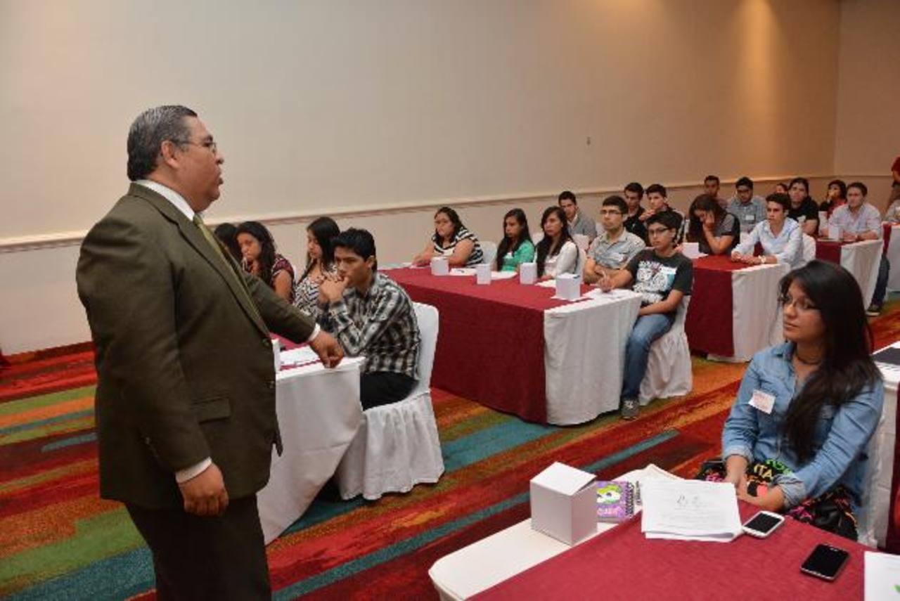 René Alvarado impartió charlas en San Salvador y San Miguel Foto edh / David Rezzio