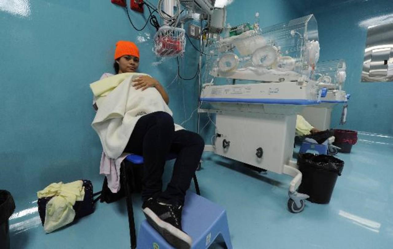 Adriana Rodríguez, de 20 años, acoge a su bebé en el pecho, él está ingresado en Maternidad. Foto EDH / claudia castillo