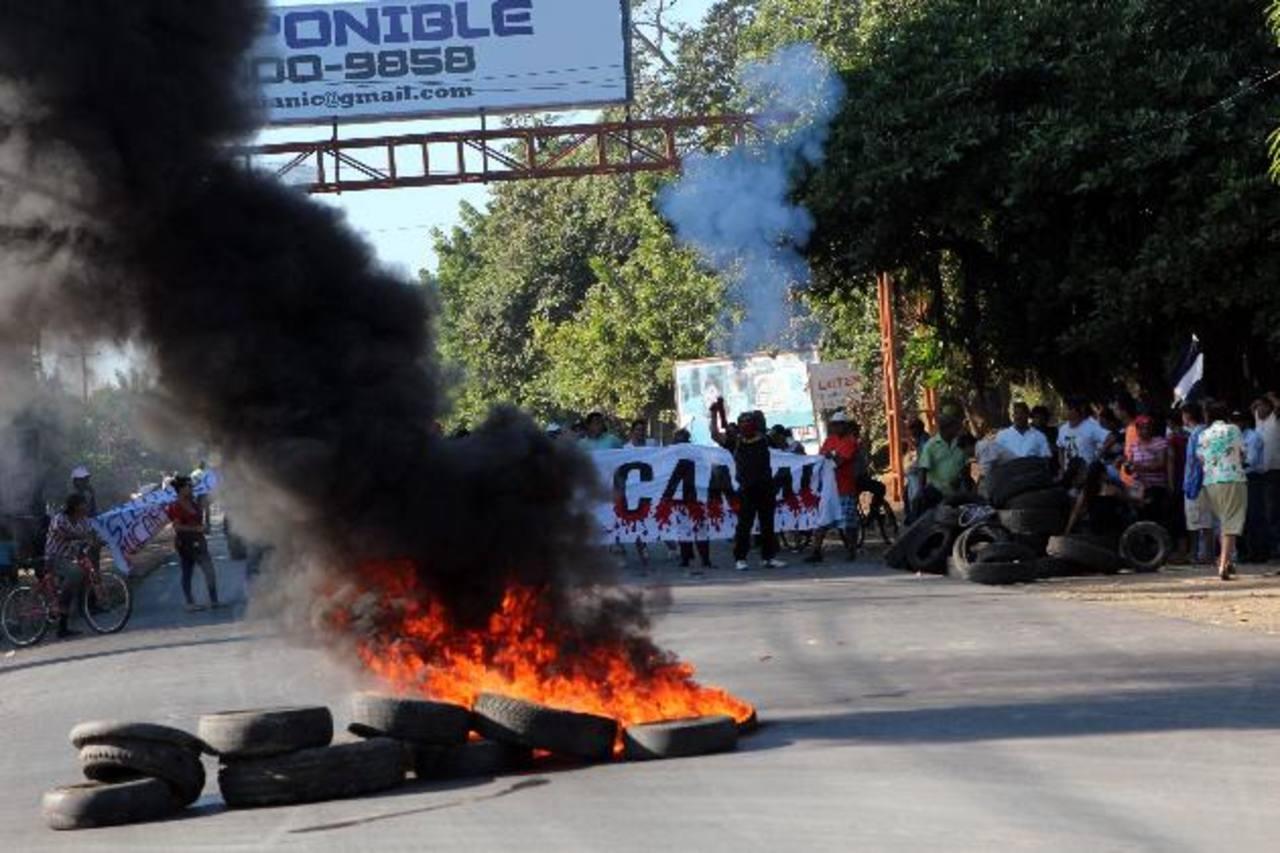 Los vecinos del departamento de Rivas, que se verán desplazados de sus tierras, bloquearon la vía pública y quemaron neumáticos. foto edh / efe