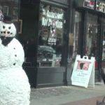 Muñeco de nieves aterroriza a transeúntes