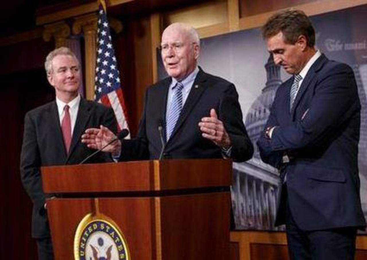 Desde la izquierda, los representantes Chris van Hollen, Patrick Leahy, demócratas y Jeff Flake, republicano hablan en conferencia de prensa en Washington