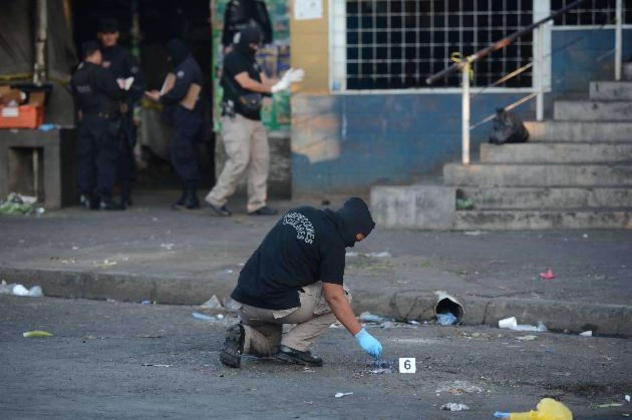 Dos supuestos pandilleros fueron atacados a balazos ayer tarde en el mercado Central. Uno murió. Foto EDH / Douglas Urquilla.