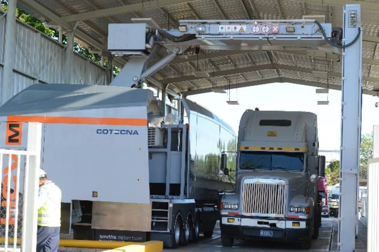 En varias ocasiones los transportistas realizaron cierre de fronteras en protesta por el cobro de los $18 por el sistema de rayos X. foto edh / Archivo