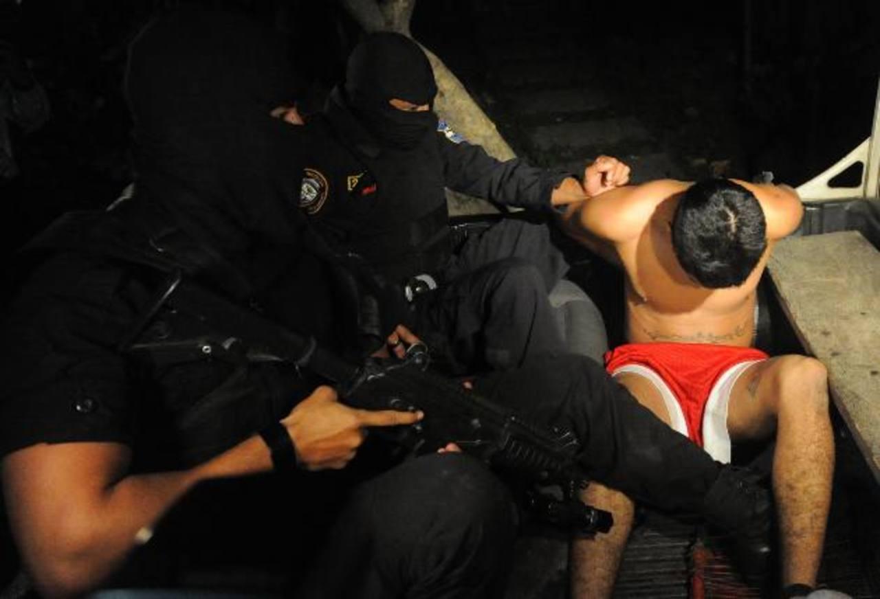 Policías custodian a un sospechoso de haber matado a un agente. Foto EDH / Miguel Villalta.