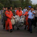 Recuperan cuerpos y restos de avión de AirAsia desaparecido en el mar