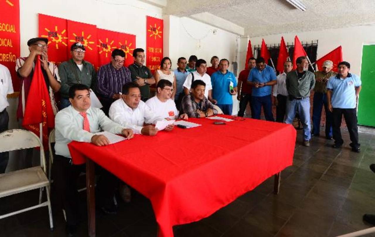 Empleados de la CCR, agremiados en el sindicato, durante la conferencia de prensa. foto edh / ericka chávez.
