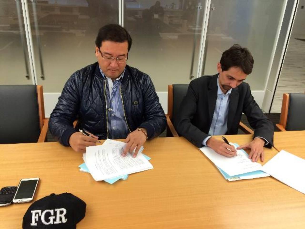 El Fiscal General, Luis Martínez, y el representante de Enel para México y Centroamérica, Nicola Melchiottia, firman el acuerdo que terminó con ocho años de litigio entre Enel y CEL. Foto EDH / Archivo