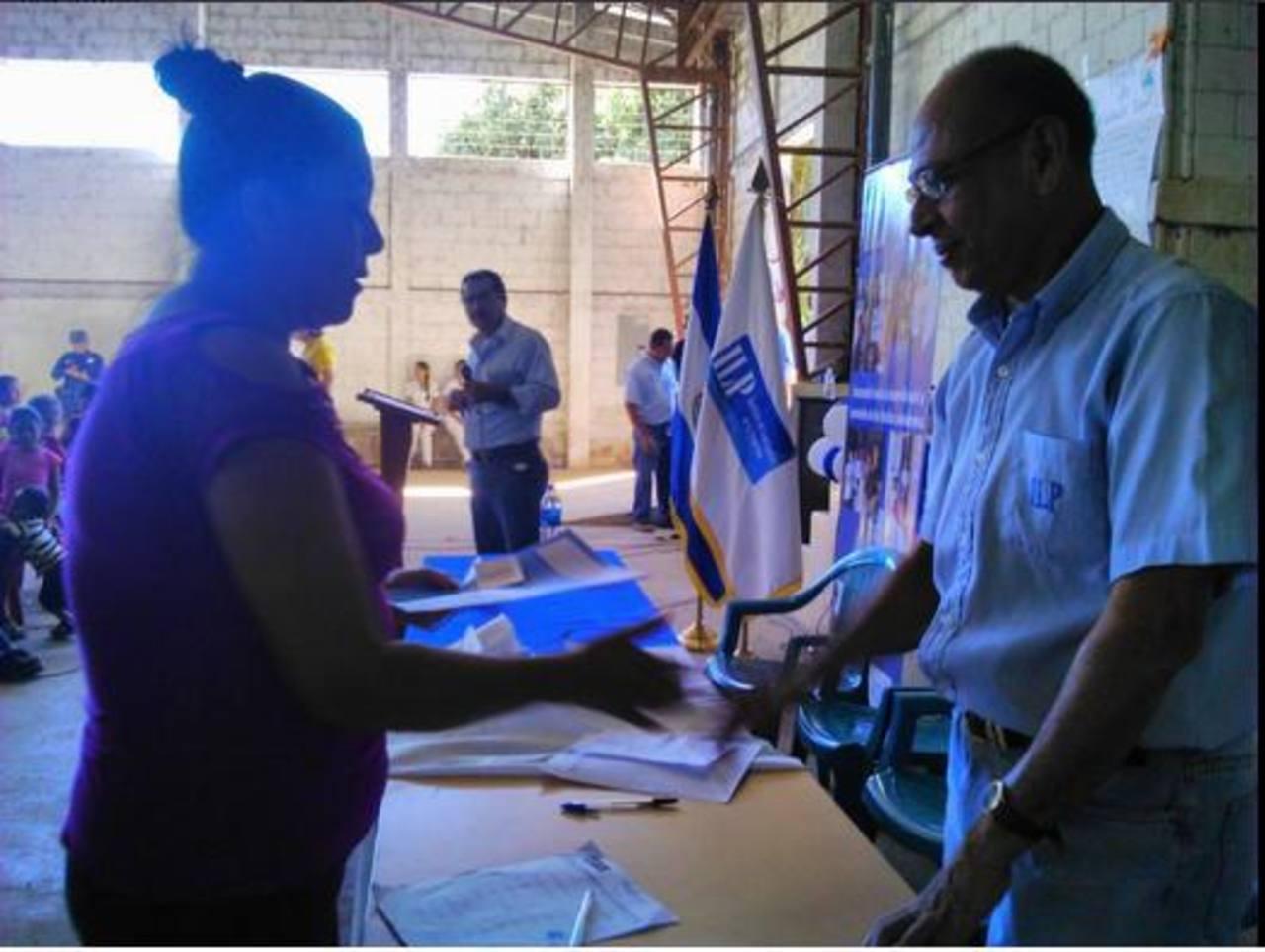 Fueron 138 familias a las que les entregaron los documentos de propiedad de las parcelas. foto edh / twitter