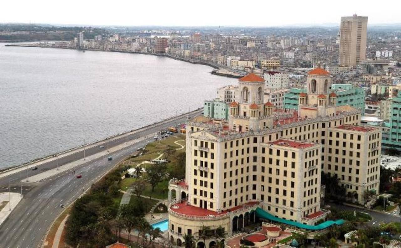 Panorámica del Malecón de La Habana, uno de los sitios más emblemáticos de la isla y donde hay varios hoteles de compañías españolas. Foto EDH / ARCHIVO