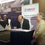 Juan Francisco Martínez, de CASATIC, firma memorando de entendimiento en el marco del proyecto de USAID para una Educación Superior Productiva. Foto EDH / LIlian Martínez