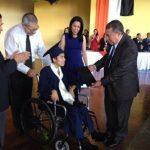 Autoridades del ITEXSAL felicitaron a Stephanie Murcia por culminar su bachillerato, a la vez la motivaron a continuar con su recuperación. foto edh / CORTESÍA