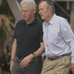 En esta fotografía de archivo del 14 de octubre de 2008, los ex presidentes Bill Clinton y George H.W. Bush caminan en la playa en Galveston, Texas
