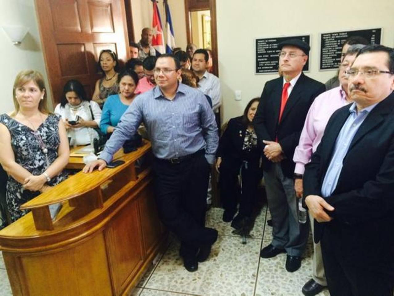 La dirigencia del FMLN, encabezada por el secretario general, Medardo González y José Luis Merino, acompañaron ayer a la embajadora de Cuba acreditada en el país, Iliana Fonseca. Además participaron varios diputados oficialistas. FOTO EDH / TWITTER