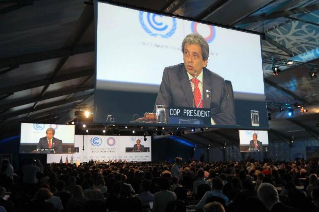 El presidente de la Conferencia de la ONU, sobre cambio climático (COP20), el ministro peruano del Ambiente, Manuel Pulgar Vidal (c), ayer, ante el plenario para informar sobre los avances. Delegados asisten a la intervención del presidente de la Con