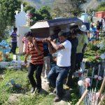 Parientes y amigos acompañaron a la familia Vega durante el entierro de Paula Vega, de 35 años, en el cementerio de Panchimalco al sur de San Salvador. Foto EDH / Lissette Lemus