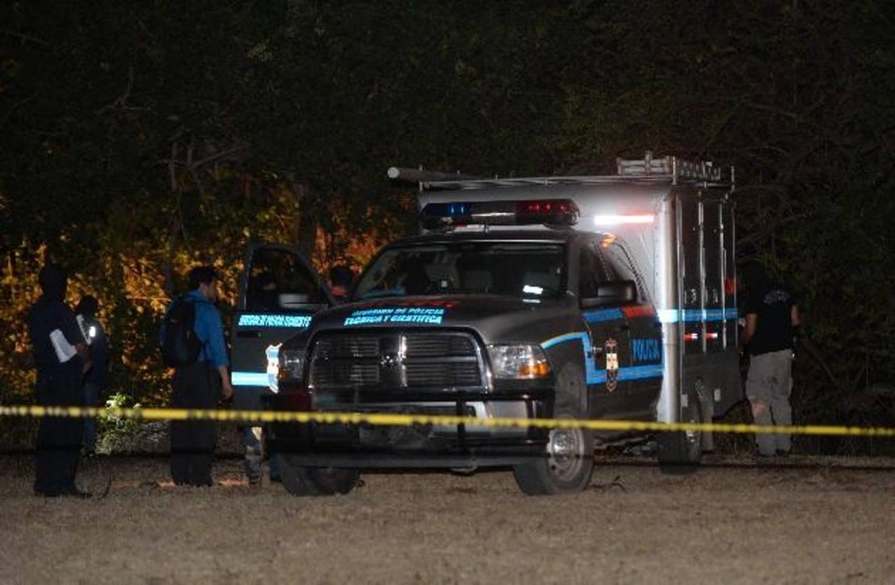 Agentes de la División Central de Investigaciones (DCI) de la PNC llegaron desde San Salvador para recolectar las evidencias en la escena del crimen. El procedimiento se prolongó hasta altas horas de la noche.Foto edh / jaime anaya
