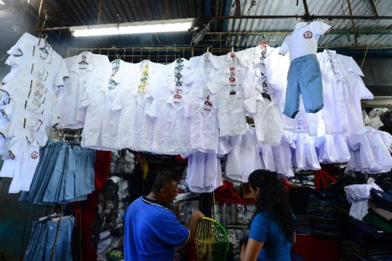 La variedad de uniformes también se encuentra disponible en el centro capitalino. Foto EDH /Omar Carbonero