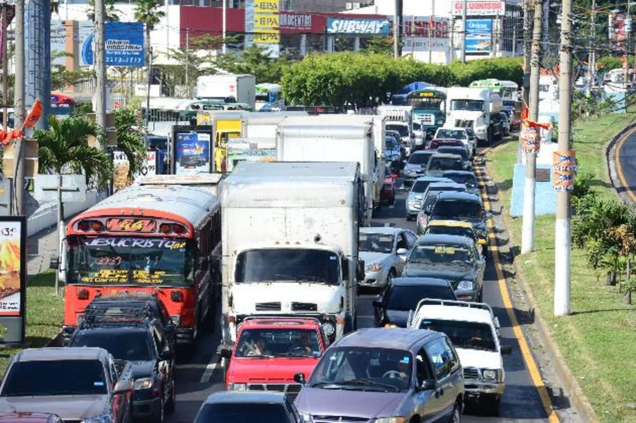 El tráfico de Santa Tecla hacia la capital estuvo a vuelta de rueda, muchos de los automovilistas expresaron su malestar por la trabazón que generaron los trabajos. Fotos EDH / Jorge reyes