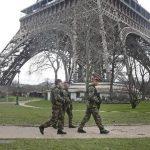 Soldados franceses patrullan junto a la Torre Eiffel ayer en París, en la víspera de la marcha multitudinaria de hoy, en repuesta al terrorismo que ha asediado al país durante tres días. foto edh / EFE.