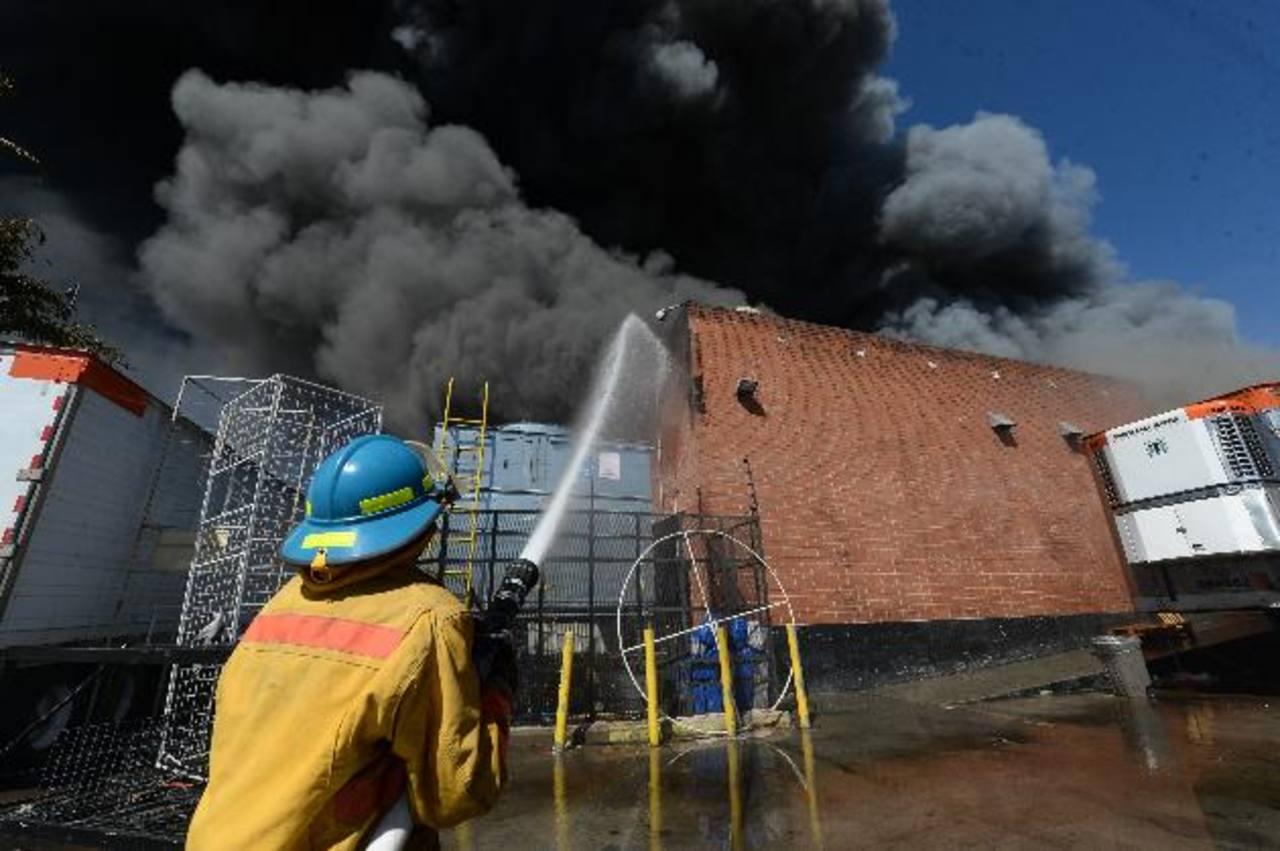 Seis negocios fueron consumidos por las llamas, el sábado anterior, en el centro comercial Las Cascadas. Foto EDH / Archivo.