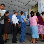 Derechohabientes hacen fila para recibir sus medicamentos en una farmacia del Seguro Social. foto edh /ARCHIVO