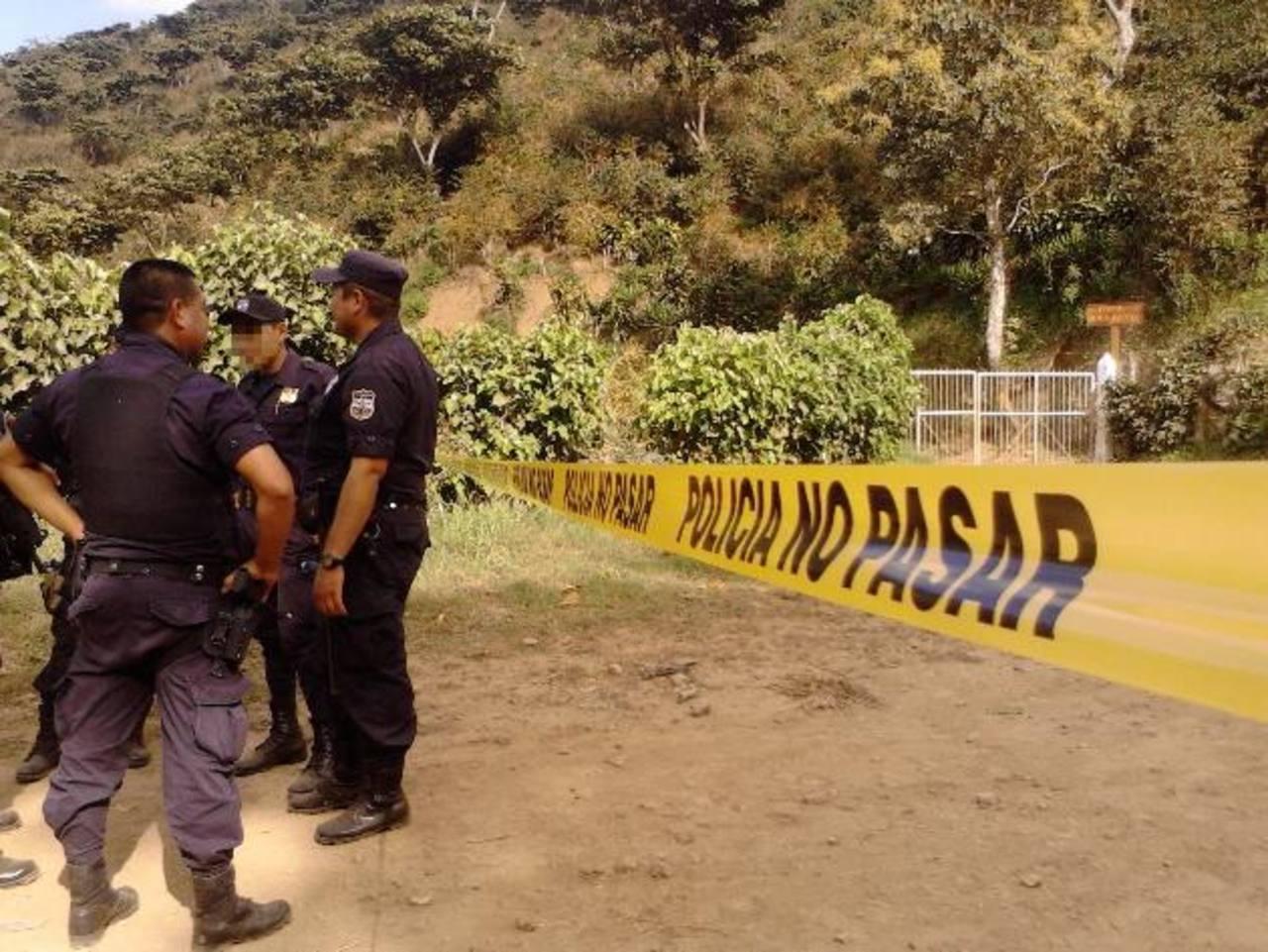Un grupo de pandilleros se enfrentó a balazos con policías que verificarían los asaltos a los conductores de dos camiones en las afueras de Chalchuapa, Santa Ana. Foto EDH / Carlos Lima.