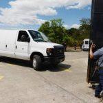 Una camioneta entra el penal de Zacatraz con un grupo de cabecillas de las pandillas.