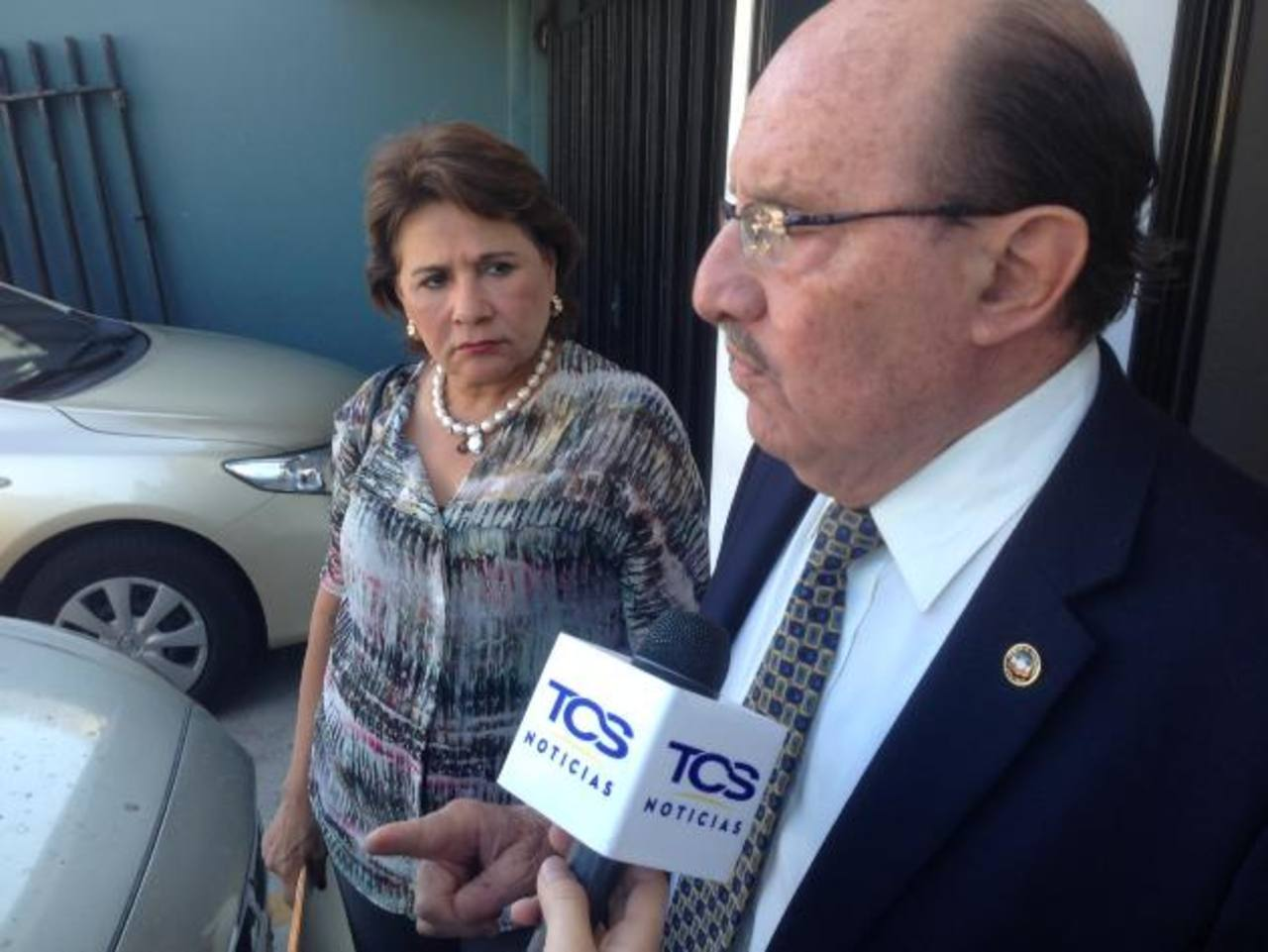 Los diputados Mariella Peña Pinto (izquierda) y Mario Valiente, de ARENA, piden al TEG que también averigüe el proceso de compra de la Villa Dueñas, también al IPSFA. foto edh / cortesía