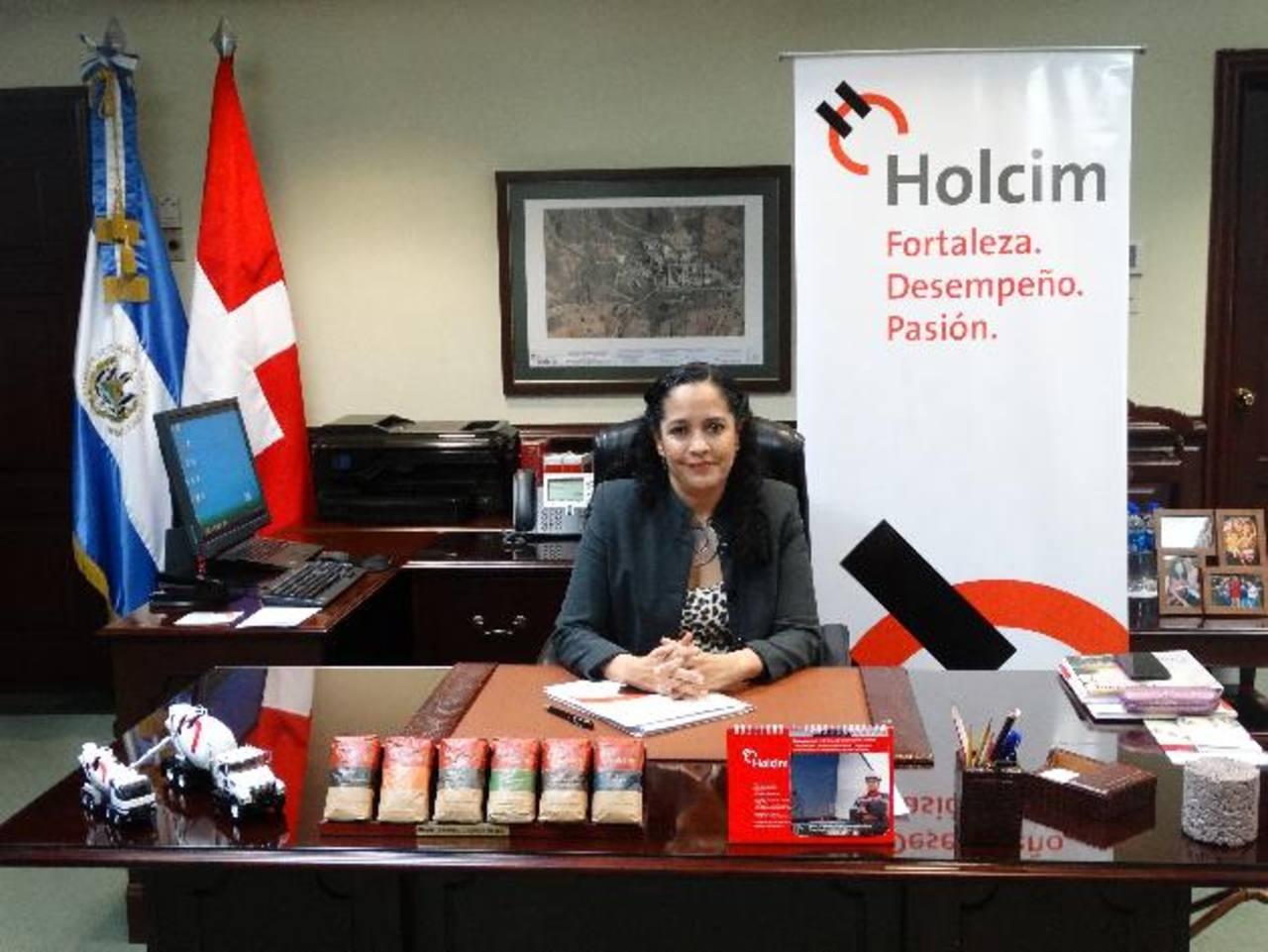 Dolores Prado, la nueva directora ejecutiva de Holcim El Salvador, asumió el cargo este año, procedente de Nicaragua, país donde fundó las operaciones de Holcim y para las cuales trabajó 16 años. foto Cortesía
