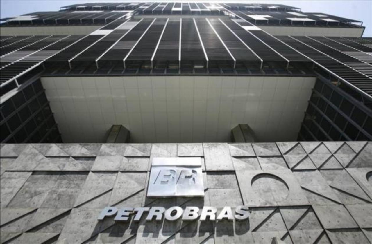 Según informó la agencia de calificación de riesgo, las notas de Petrobras permanecen en revisión para una rebaja adicional.