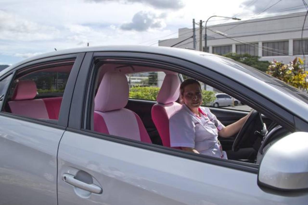"""La """"línea rosa"""" presta servicios de transporte ejecutivo, turístico, personal y de logística."""