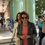 La líder demócrata Nancy Pelosi, en La Habana, encabezó una delegación de nueve congresistas de la Cámara de Representantes de EE.UU. que viajó a Cuba para reunirse con funcionarios del Gobierno de la isla y otras autoridades.