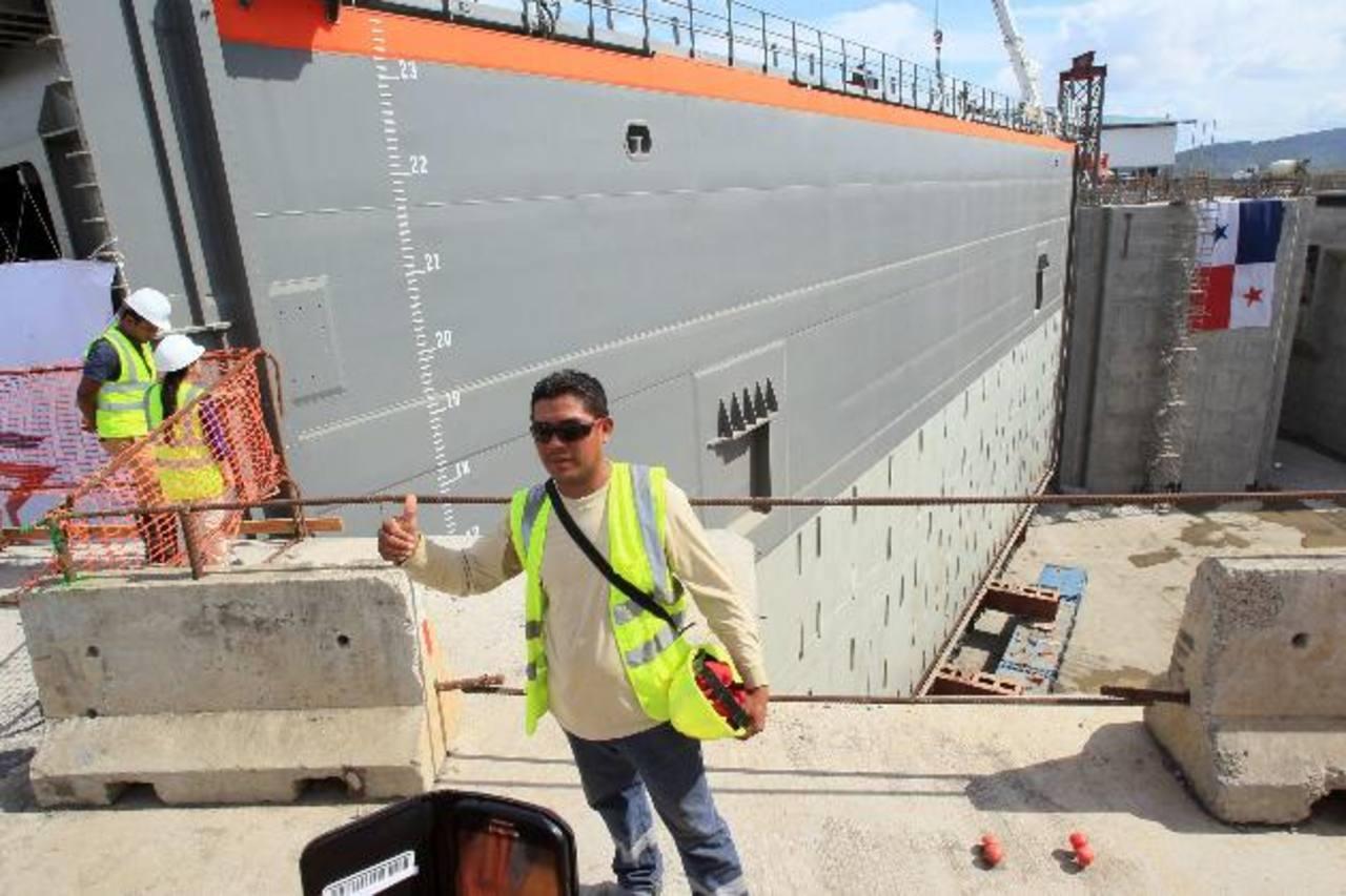 Las autorodades del canal de Panamá se encuentran ampliando la vía comercial con un tercer juego de esclusas.