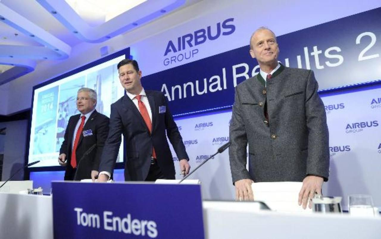 El director de Comunicación del grupo europeo Airbus, Rainer Ohler; el director financiero de la compañía, Harald Wilhelm, y el presidente de Airbus, Tom Enders, posan para los fotógrafos antes de presentar a la prensa los resultados de la compañía e