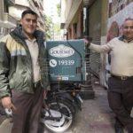 Equipo de motociclistas de una empresa de entrega a domicilio en El Cairo.