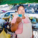 Doña Luci lleva casi tres décadas vendiendo sus mangos y asegura que entre sus clientes están personajes de la farándula nacional y políticos. foto edh /cortesía