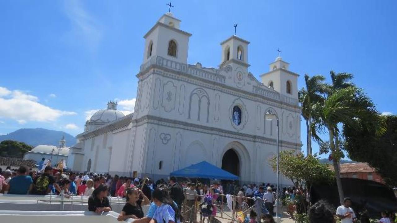 Cientos de feligreses se congregaron en el templo para disfrutar el último día del festejo. Foto EDH / Roberto Díaz zambrano