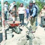 El jefe municipal, Norman Quijano, colocó la primera piedra de las obras. foto edh / CORTESÍASerán más de 675 habitantes los beneficiados con los trabajos de mejoramiento de la comunidad.
