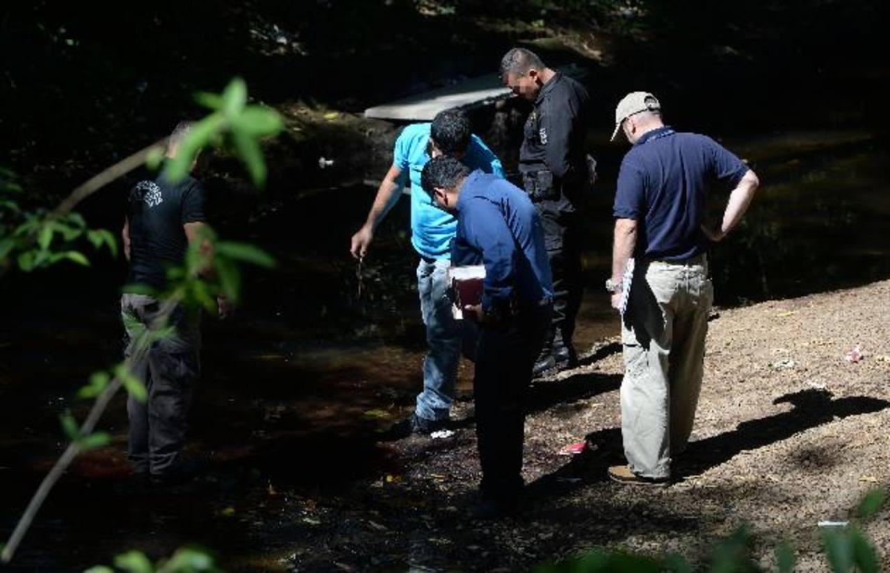 Óscar Alberto Alvarenga García fue asesinado ayer en el río Chiquihuat, en San Julián, Sonsonate. Era cobrador de la Ruta 203. Foto EDH / Jaime Anaya.