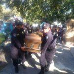 Sepultan restos de agente asesinado ayer en Mejicanos. /