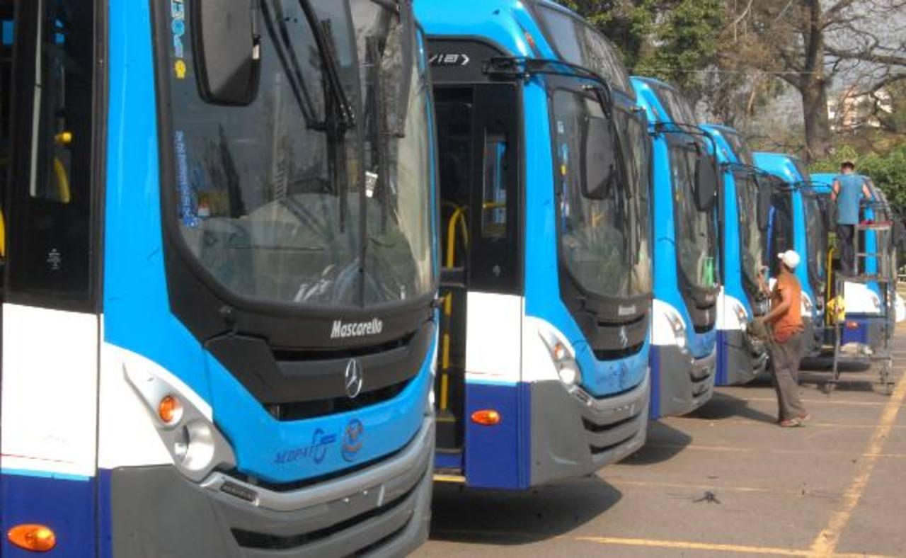 Acopatt, Ruta 29, presentó ayer la nueva flota de 20 buses. Dijeron que pedirán aumentar la tarifa. Foto EDH / Salomón Vásquez