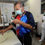 José Umanzor, de 59 años, se prepara para realizarse la diálisis ambulatoria. Foto EDH / archivo