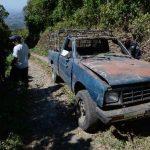 Un vehículo en el que viajaban cuatro familiares y dos particulares volcó ayer, tras estrellarse en un paredón en Tierra Colorada, Tepecoyo, La Libertad. Foto EDH / Jaime Anaya.