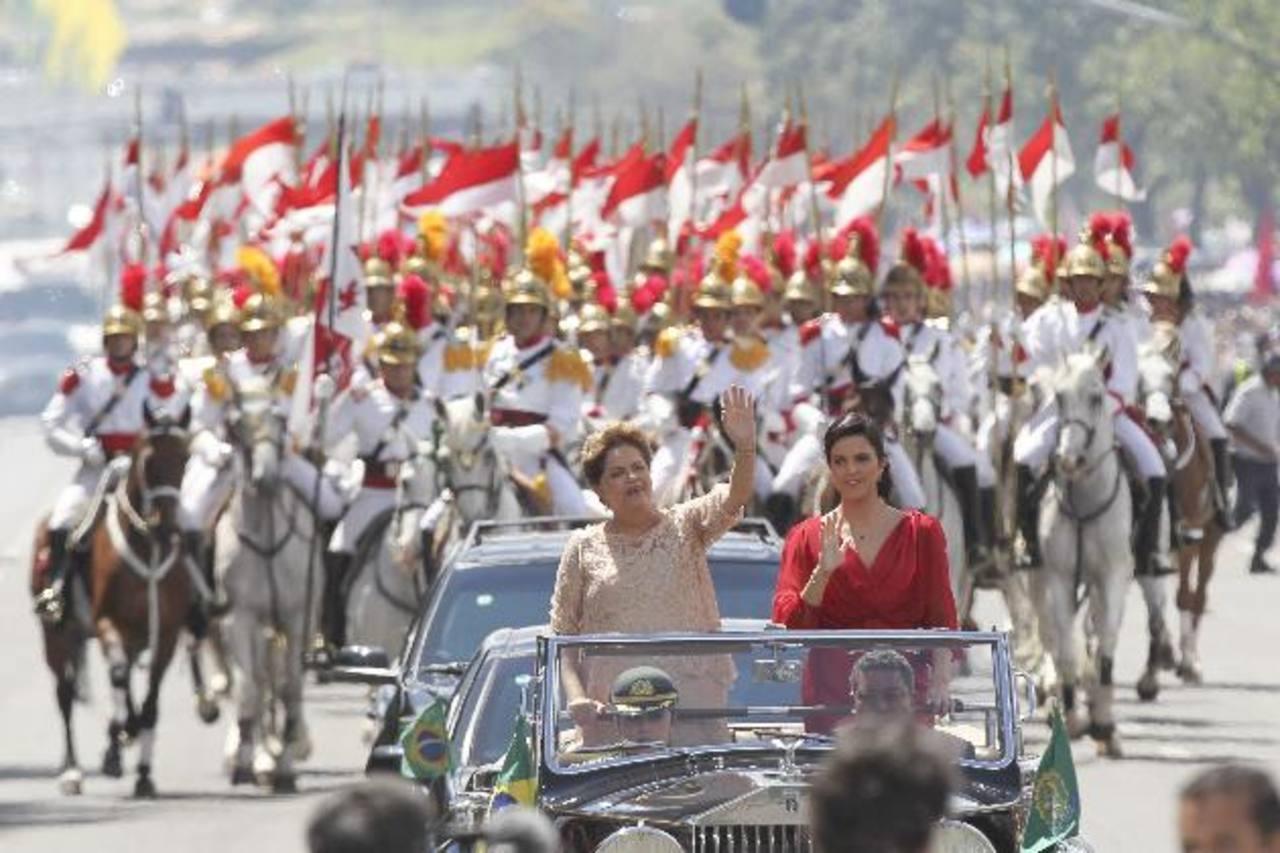 La presidenta Dilma Rousseff junto a su hija, Paula, saluda a bordo de un Rolls Royce rumbo al Palacio de Planalto. fotos edh /EFE
