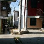 Pocas familias residen en el condominio San Valentín, en Mejicanos. La PNC custodia la zona.