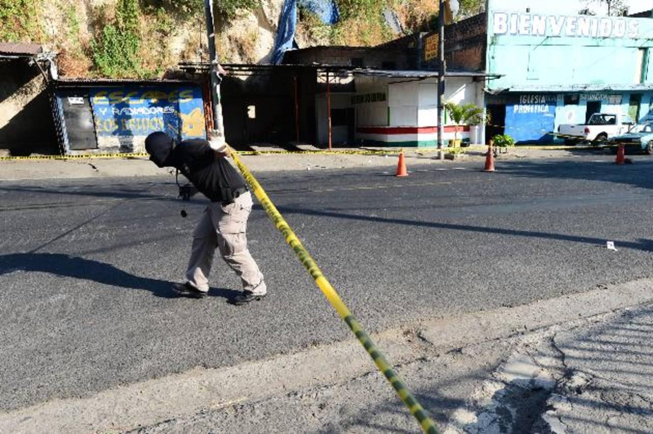 Las dos víctimas estaban viendo televisión en el local cuando varios hombres llegaron a atacarlas. Foto EDH / Miguel Villalta