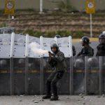Miembro de la Guardia dispara contra manifestantes opositores al Gobierno de Maduro en abril de 2014. foto edh / archivo