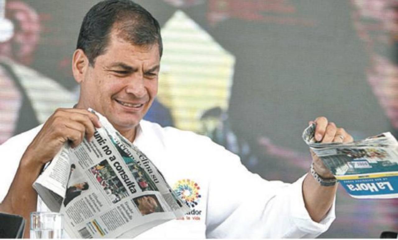 El presidente ecuatoriano Rafael Correa ha roto varios periódicos donde se le cuestiona.En los últimos seis años el FMLN ha intentado reformar leyes para restringir a los medios.